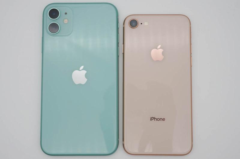 iPhone 11(左)とiPhone 8(右)。iPhoneロゴがなくなり、アップルロゴが中央に降りてきた。もう「iPhone」とか書かないでもわかるよね、と