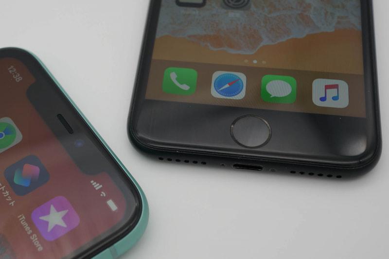 Face ID(左、iPhone 11)とTouch ID内蔵ホームボタン(右、iPhone 7)。どちらが良いかは好みの問題かも知れないが……
