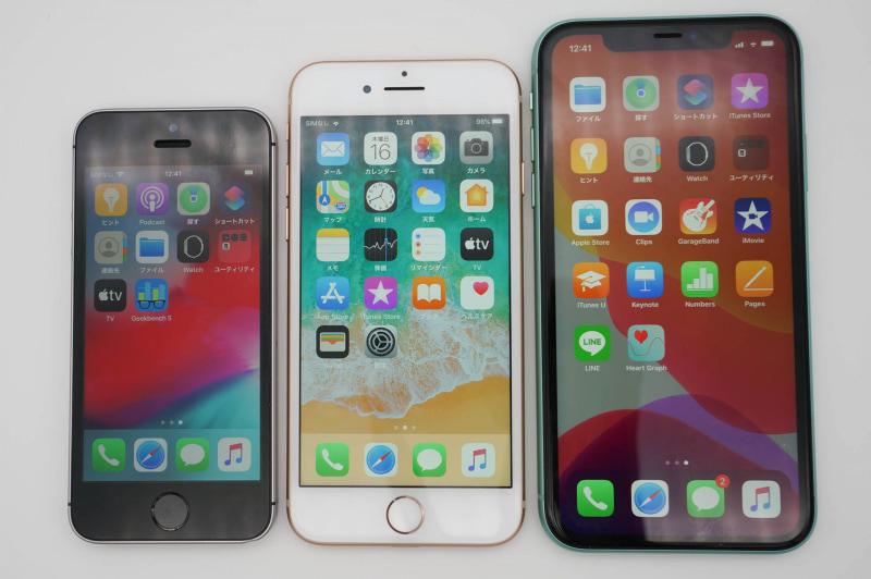 左からiPhone SE(第1世代)、iPhone SE(第2世代)と同サイズのiPhone 8、iPhone 11。使い勝手や見やすさに影響するくらい、画面サイズが異なっている