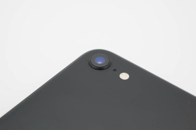 iPhone SE(第2世代)のカメラはシングル構成で見た目もシンプル