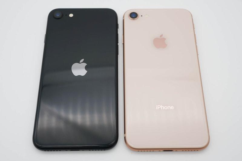 iPhone SE(第2世代)(左)とiPhone 8(右)。ロゴの位置が異なる。よくよくみるとアップルロゴが大きくなっている