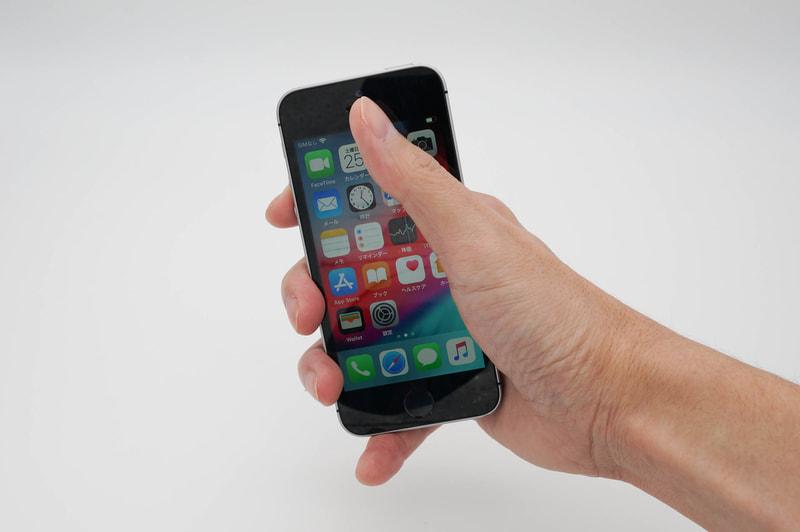 iPhone SE(第1世代)はホント小さく、隅々まで指が届く。このコンパクトさは魅力だが、欠点でもあるかもしれない