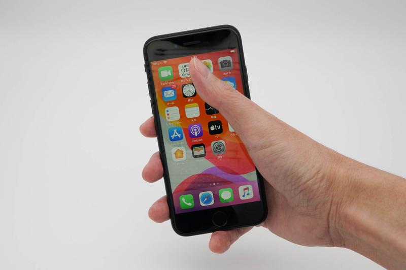 iPhone SE(第2世代)は片手でも操作しやすいサイズ感だが、小柄な女性だとちょっと辛いかも