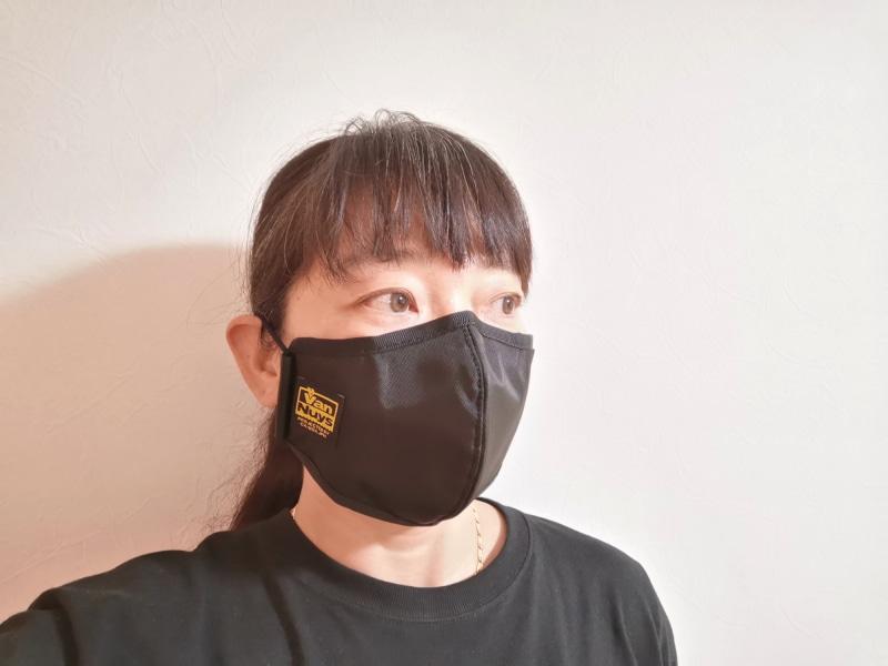 全体的に肌にピッタリと寄り添うカッティング。ノーメイクでも、このマスクならかなりカバーできると感じた