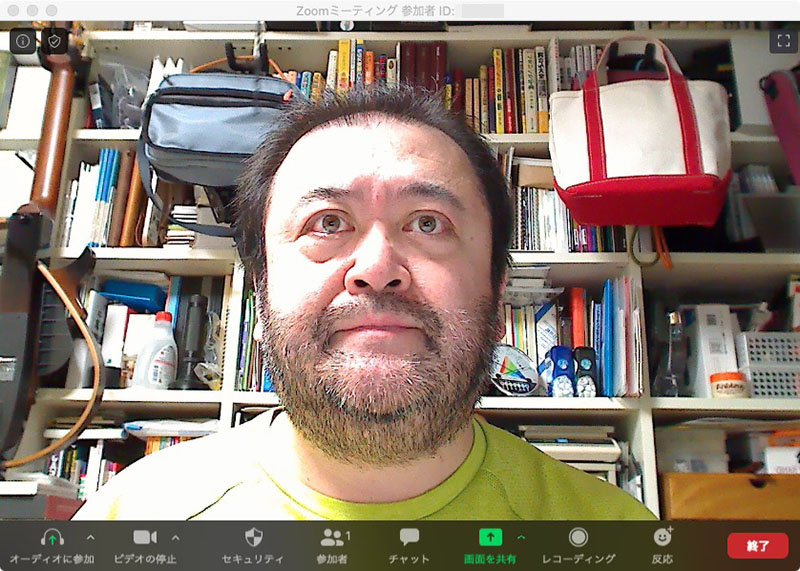 """顔よりやや低い位置(ノートPCの画面上部カメラくらいの高さ)にウェブカメラを置いて、照明は天井のもの。左写真が天井左側の照明で、右写真が天井やや右側の照明を点灯したもの。どちらも顔に影が出がちで、目にキャッチライト(瞳の中の白い輝き)が入らないため""""元気がなさそう""""な表情に見える"""