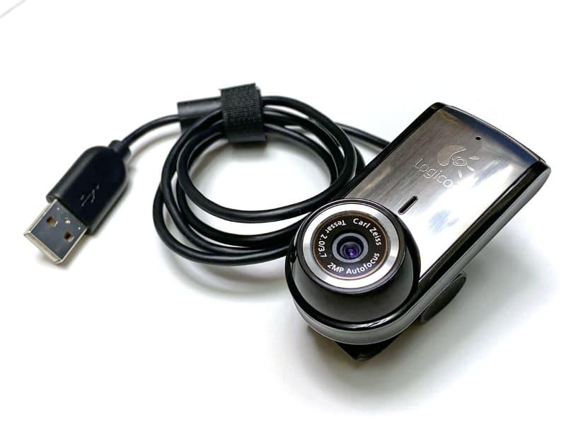 俺が使用しているウェブカメラはロジクール「Portable Webcam C905m」。2009年の製品だが、現在でもフツーに実用的である。スペックは、有効画素数が200万画素で、最大フレームレートが30fpsで、最短撮影距離は10cm。ノートPCの上などにクリップ止めできる