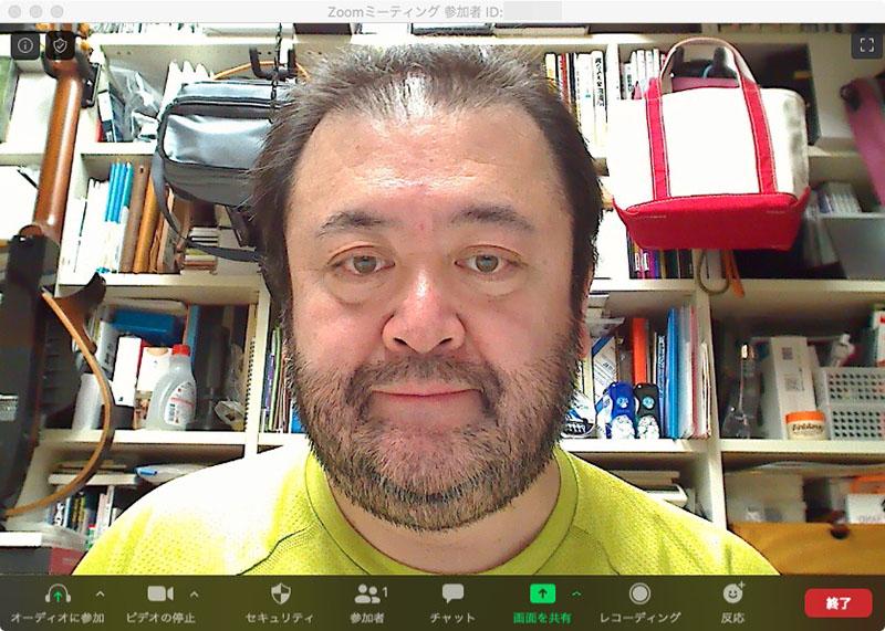 付属スタンドを使うと、机上約30cm弱の位置にカメラをセットできる。右写真はその位置から撮った映像。ノートPC内蔵カメラで撮ったのと近い位置ですな。ノートPCユーザーのビデオ会議映像は、こんなふうに目線を落とした表情になりがち