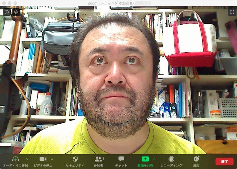 """左写真は同じカメラで、カメラの向こうにある約40インチのディスプレイを見ている状態。カメラのずっと上に視線が行ってしまう。右写真のように、カメラ目線にすると表情的には自然な雰囲気になる。だが、相手からすれば""""上から視線を投げかけられている""""という感じがして、話す体勢としては不自然な印象になる"""