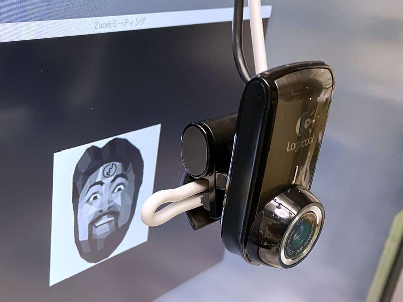 そこでカメラをディスプレイの手前に吊ってみる。針金を使い画面前方にウェブカメラをぶら下げる。カメラを目の高さに合わせるわけですな