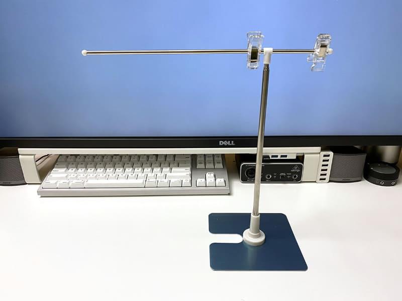 こんな台座付きPOP用品も便利。ただし、モノによっては横棒が回転しやすいので、写真のようにガムテープなどで回転防止を工夫する必要がある