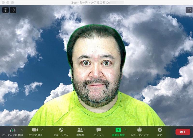 右はバーチャル背景をオフにした状態。中央と右はZoomのバーチャル背景設定画面にて[グリーンクリーンがあります]項目をオンにして、背景画像を適用したもの。結果、グリーンスクリーンがある方が、人物の輪郭に現れる合成のズレが少なくなった感じ。ではあるが、人物の輪郭や肌色が少し緑っぽくなったりした。また、実際のところは「毎回グリーンスクリーンを張るのが面倒」であり、同時に「グリーンスクリーンがあってもなくても、それほど大きな違いにはならない」という感じもする。ので、今後はグリーンスクリーンなしでもいいかな〜、みたいな。でもアレっスね、背景のグリーンをちゃんとグリーンスクリーンと認識して、シャツのグリーンはグリーンスクリーンではないと認識するあたり、けっこうシッカリしてるゥ!!!