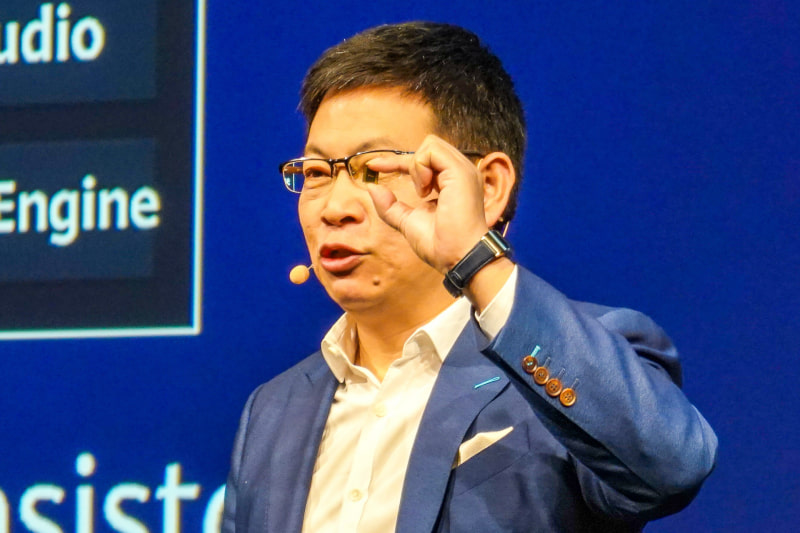 2019年9月に行なわれたIFAでKirin 990を手に持ち発表するHUAWEIのリチャード・ユー氏