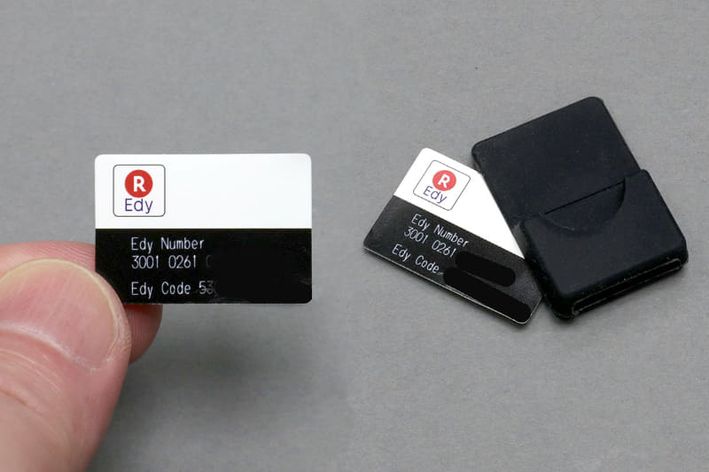 GoBeの「GoBe2 Edy Band」を使えば、キミのIoTウェアラブル端末「GoBe2」がEdy対応になるんだゼ!!! てゆーか20×30mmの超薄Edyカードをホルダーに入れてキミの超高級腕時計とかのバンドに通せばEdy対応に!!! ホルダーのスリットは約18mmだが、シリコーンと思われる柔軟な素材なのでけっこう伸びたりして、色々な腕時計をEdy化できるかもョ!!!