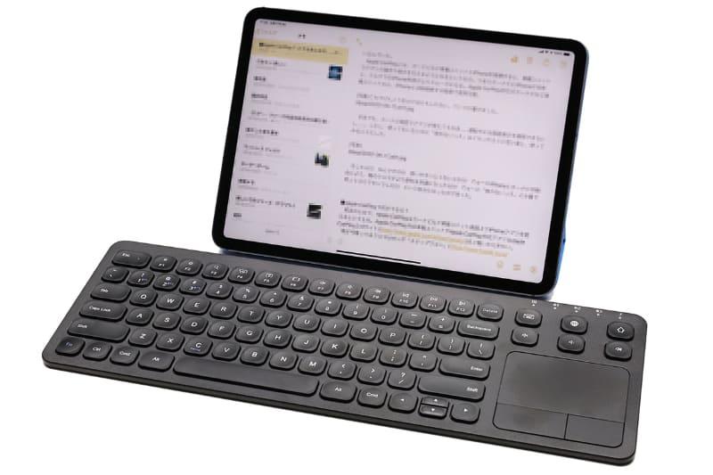 サンワサプライの「Bluetoothキーボード(タッチパッド・コンパクト・充電式・iPhone・iPad・アイソレーション・パンタグラフ・マルチペアリング・英字配列)」っていうかタッチパッド付きBluetoothキーボードこと「400-SKB066」だゼ!!! iPhone/iPad用のBluetoothキーボードで、右側のタッチパッドでカーソル操作やクリック操作が可能。サンワダイレクト税込価格は4980円