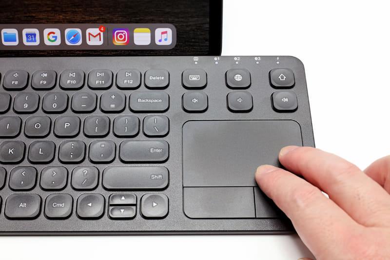 指でなぞればカーソルを動かせるタッチパッド。下にある左ボタンはクリックで、右ボタンはメニュー表示となる。タッチパッド上を指でタップするとクリック操作となり、2本指でタップするとメニュー表示となる。指2本で上下になぞれば画面スクロールを行える