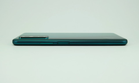 右側面はシーソー式音量キー、指紋センサー内蔵電源キーを備える