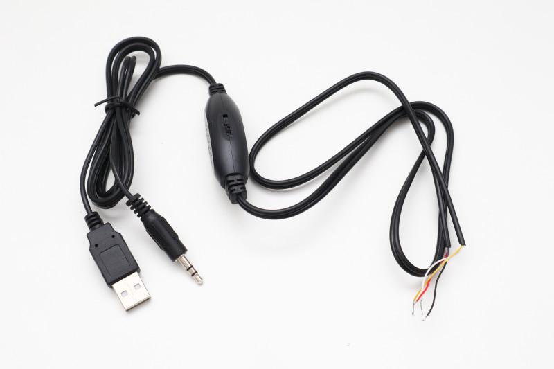 購入した「USB給電 デジタルアンプ内蔵ケーブル」。スピーカー側はバラ線で、音声入力はステレオミニプラグ。USBは電源のみで使用する