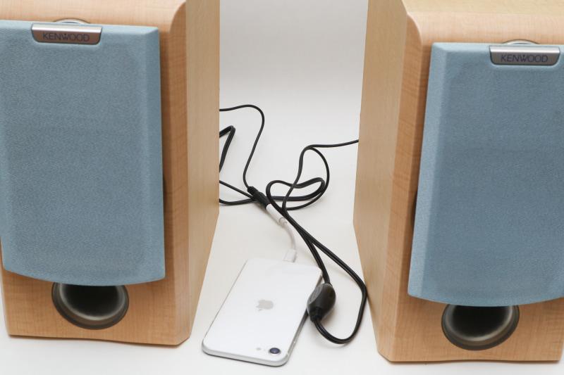 アンプ内蔵ケーブルを使って、iPhoneの音をミニコン用スピーカーで鳴らす