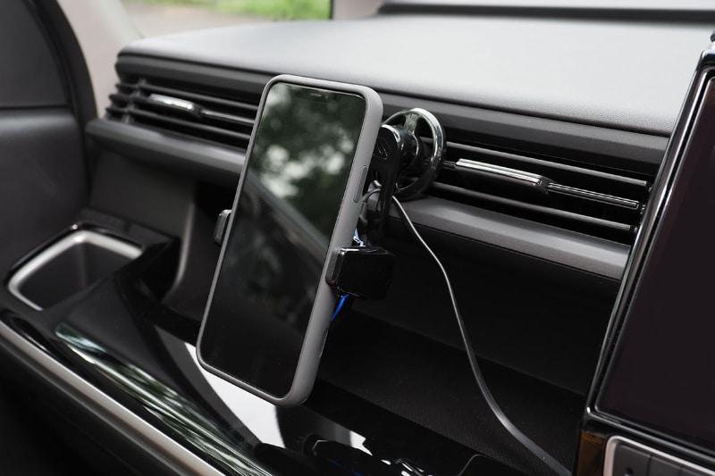 エアコン吹き出し口にチャージャー本体をセットした様子。iPhoneは縦位置でも横位置でも、必要とあらば斜め位置(!?)にでもセットできる。