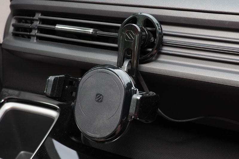 まずは吹き出し口の下の位置で。iPhone 11 Pro Maxの場合、端末が大きいので縦位置だと風の流れをちょっと妨げてしまう。端末とルーバーの間の距離がややあり、さらにこの車両の場合は吹き出し口の端にチャージャーを取り付けられたので、「盛大に妨げられる」という感じにはならなかった。
