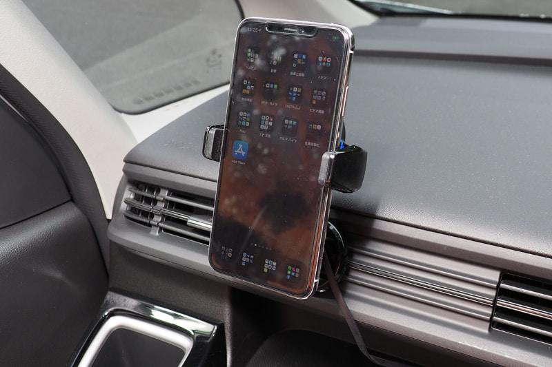 続いて吹き出し口の上の位置で。下の位置の取り付けた場合より、やや強めに空気の流れを妨げてしまう。やっぱりiPhone 11 Pro Maxの場合、縦位置だと多少は空気の流れが妨げられてしまうってわけですな。