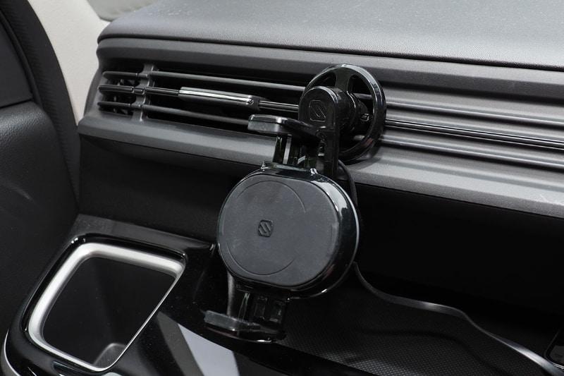 今度は横位置で。吹き出し口の下にセットすると、もう完全に空気の流れを妨げないって感じ。この車両の場合、この状態で吹き出し口の風向(左右)調節も行える。取り付け方によっては、風向の上下調節も可能。