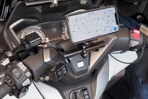 「REC MOUNT+」はデバイス(スマートフォンなど)のケースとマウントで構成されている。左はiPhone 11 Pro Max用のケースで、中央がモーターサイクル(オートバイ)用のマウントのひとつ。これらを組み合わせると手軽&確実に、スマートフォンをモーターサイクルに装着できるというわけだ。