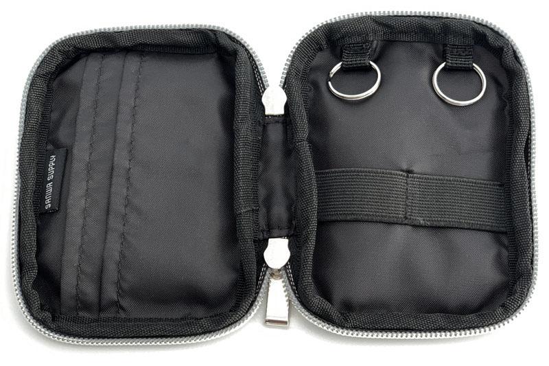 内部にはカード収納ポケット×2とスマートキー収納部×2がある。