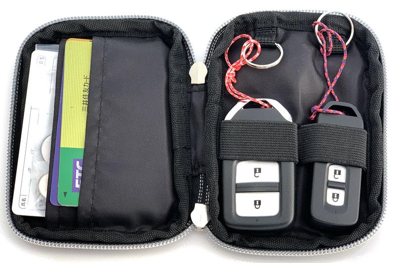 俺の場合、このスマートキーケースをスマートキーと運転関連カード類収納のために使っていた。けっこー収納力ありまっせ〜♪