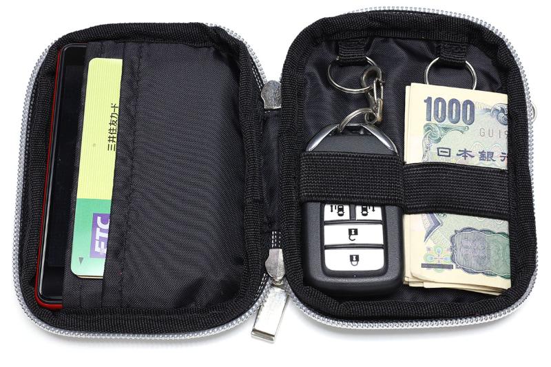Rakuten Miniとクレジットカード類、それからスマートキー×1を収納しつつ、もうひとつのスマートキー収納部に紙幣を4つ折りにして入れた様子。なかなかイイ!!! でも、硬貨は?