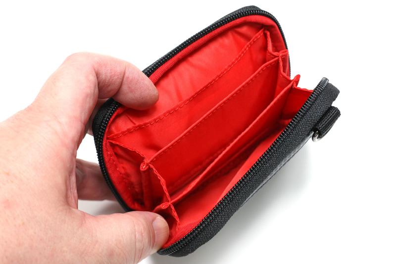 内部には4つのポケットがあり、それぞれカードサイズより少し大きめ。カードなら20枚くらいは入る。ポケットに小銭を入れることもできる。