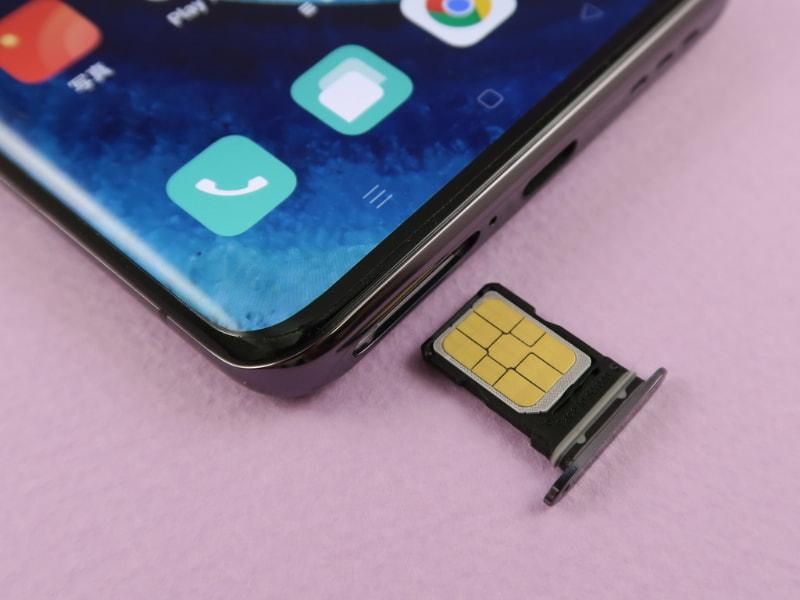 本体下部にピンで取出すタイプのSIMトレイを内蔵。メモリーカードは装着できない。au向けのモデルなので、当然のことながら、シングルSIM仕様