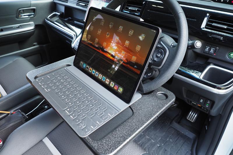 11インチiPad Pro、11インチiPad Proとコンパクトキーボード、Smart Keyboard Folio付き12.9インチiPad Pro、どれもバッチリ置けた。タイプした感じも問題なし。ただしタブレット端末を単体で置くと、手前に滑ってズッコケやすいと思う。簡易テーブル状にそれを防止する滑り止めなどを貼るか、タブレット端末側に自立するカバーを装着するか、一工夫が必要かもしれない。