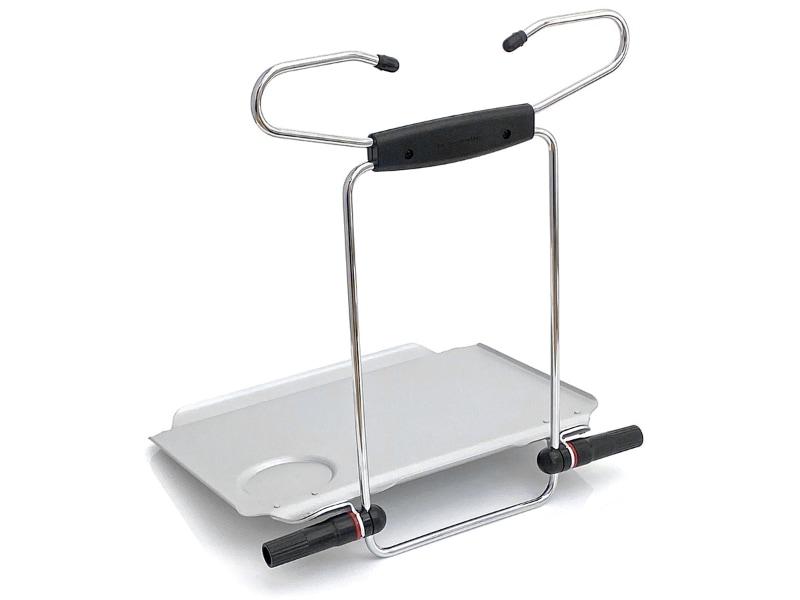 使用時はこのように展開させる。テーブル面は奥と手前に凹みがあり、奥はタブレット端末がずれない凹みで、手前はペンなどが転げ落ちない凹み。左右にはモノが滑り落ちないための出っ張りがある。丸い凹みはドリンク置き場。