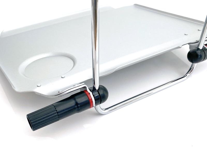 テーブルの高さや角度を細かく調節可能。テーブル前方左右にあるツマミを緩めると、テーブル角度や高さを変えられる。ツマミを締めれば固定される。本体を折りたたむ時もこのツマミを使う。テーブルの角度は段階的しか変えられないので、車種によってはテーブルが少し傾くかもしれない。