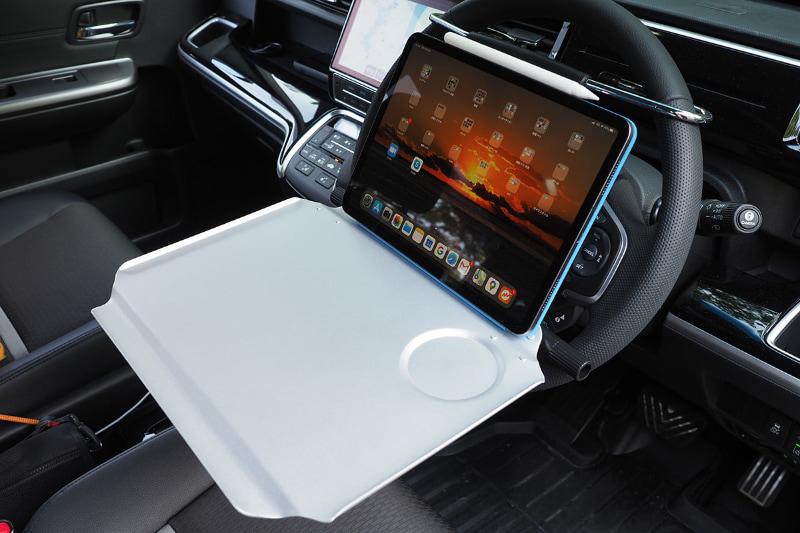 11インチiPad Proを乗せた様子。テーブル奥の凹みに乗せるとかなり安定する。コンパクトキーボードも余裕で乗った。キーボードを少し奥に置くと、テーブル手前がパームレスト的に使えて、また安定感も高いので、快適にタイプできる。