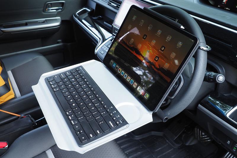 """こちらは12.9インチiPad Proを置いた様子。コンパクトキーボードと組み合わせても、Smart Keyboard Folioを使った状態でも余裕がある。ちなみに、このテーブル、最も下げて水平にした位置でも、前出の""""俺の腹がぶつかるテーブル""""よりも少し高い位置になるので、俺の腹もギリギリ当たらずナイスな使い心地だゼ!!!"""