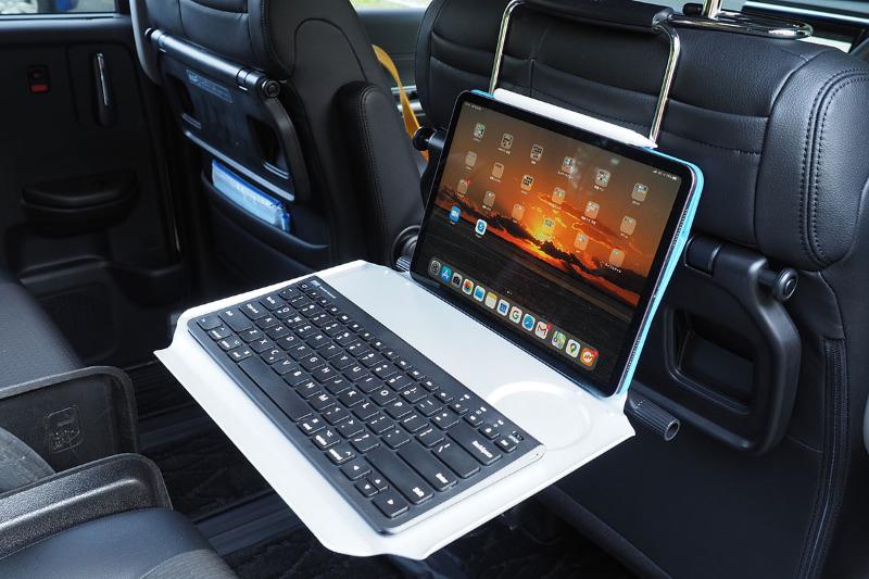 すなわち本製品をヘッドレストに吊すようにして使うと、後部座席で快適にタブレットやノートPCを使えるのであった。右写真は11インチiPad Proとコンパクトキーボードを乗せたの図。車内でじっくり仕事をしたいときは、スペースを十分取れる後部座席で使うほうが快適だョ♪