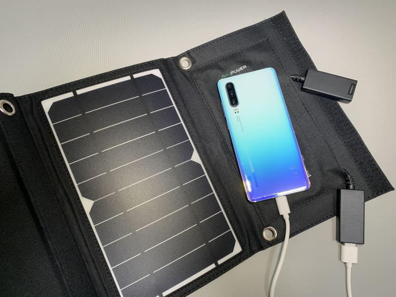 USB端子を2つ搭載しており、スマートフォンなどを同時に2台充電可能だ