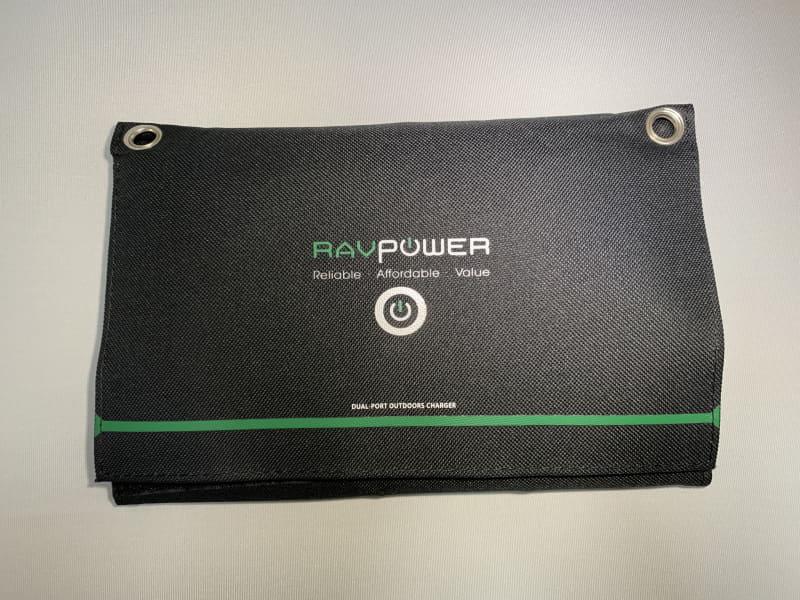 RAVPowerのソーラーチャージャー。折り畳んだ状態ではB5サイズよりやや小さいくらいの大きさだ