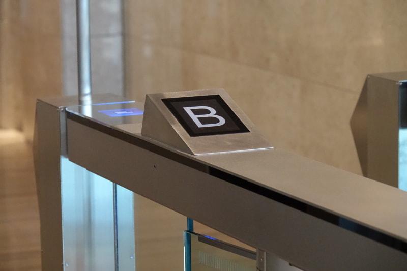 この場合は「B」のエレベーターに乗るとオフィスまでノータッチだ