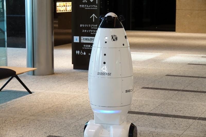 警備ロボ「SQ-2」。エレベーターと連動し立哨警備のみならず階をまたいで巡回できるという