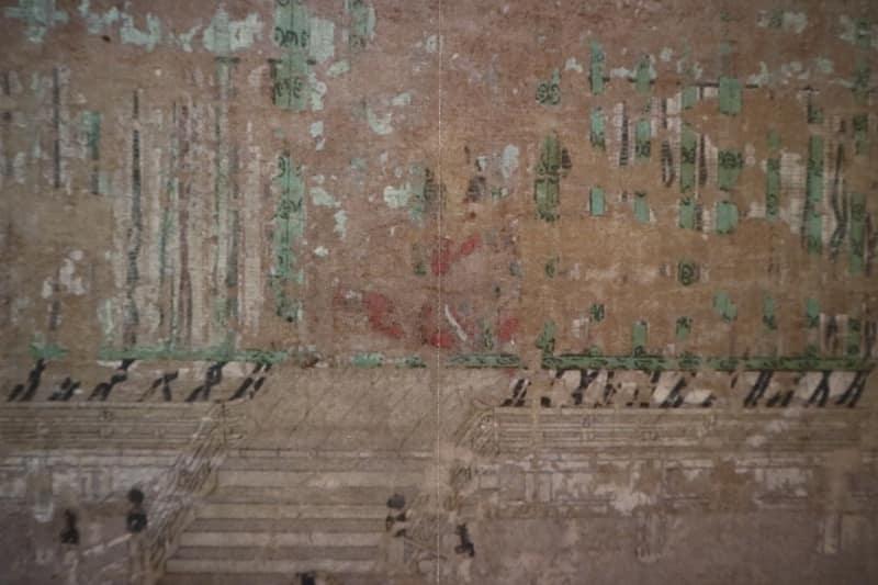 「魔法のルーペ」でみれる高精細画像(左)と、展示室で見られる実際の展示パネル(右)