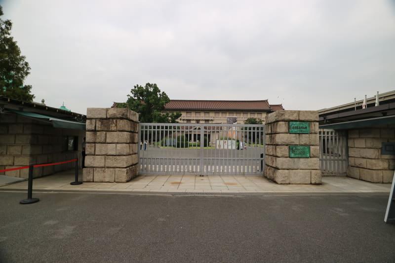 「東京国立博物館」(左)と、会場となる「法隆寺宝物館」(右)