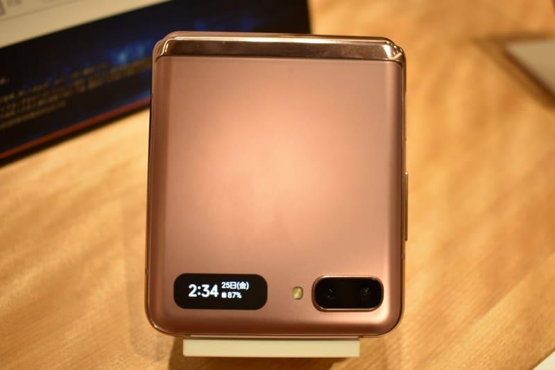 カメラ横の液晶は、本体を閉じたときに時刻や通知を確認できる(左)ほか、電源ボタン2度押しでアウトカメラで自撮りすることもできる(右)