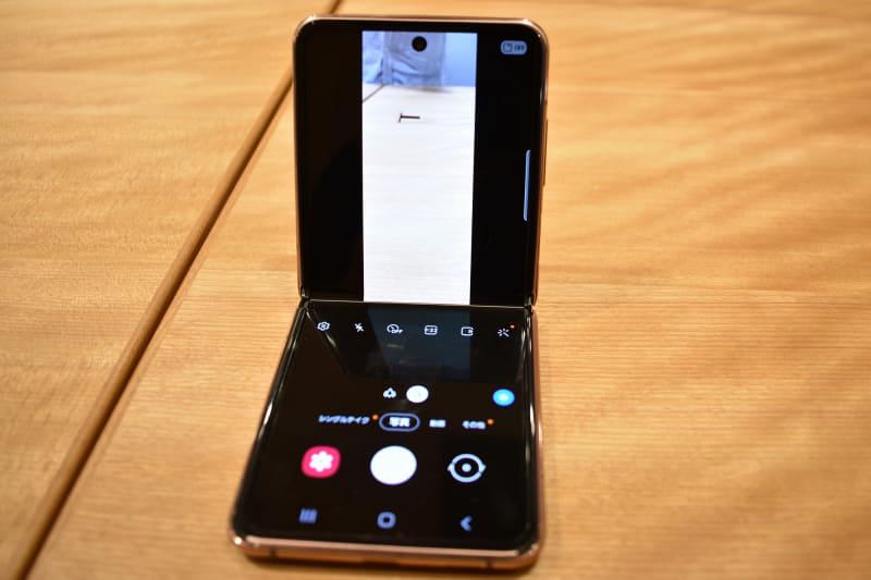 カメラアプリ(右)。対応するアプリでは、曲げた状態で机などに置くと使いやすい画面に切り替わる(左)