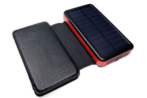 外部ソーラーパネルを接続すると、手帳型ケースっぽい見栄えに。