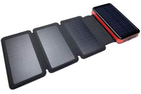 外部ソーラーパネルを広げると、こんなふうに。内蔵1枚+外部3枚で、合計4枚のソーラーパネルで充電できるモバイルバッテリーなのだッ!!!