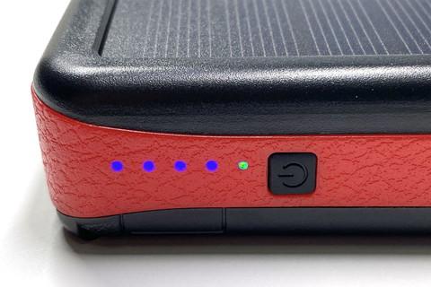 バッテリー残量は4つの青色LEDで示される。ソーラーパネルから充電している時は、別途緑色のLEDランプが点灯する。