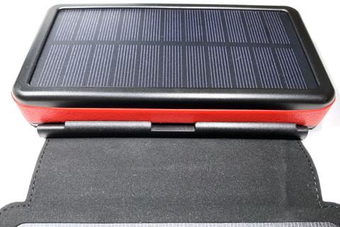 本体と外部ソーラーパネルの接続部に、マグネットで吸着して保管しておけるッ!!!